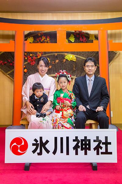 神奈川県相模原市にある氷川神社の待合室で撮影した七五三の家族写真