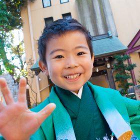 菊名神社の境内を走る元気な男の子