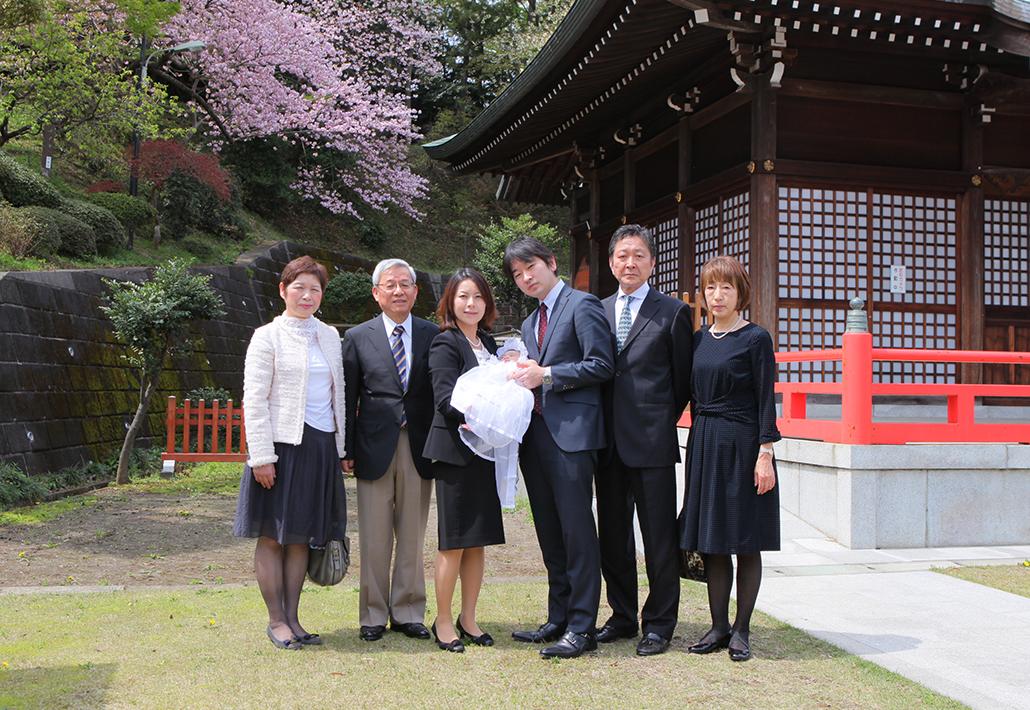 川崎市宮前区にある白幡八幡大神に出張撮影したお宮参りの家族の集合写真