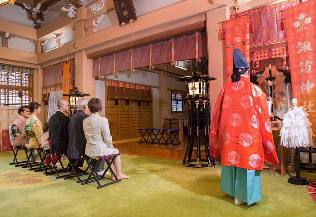 東京の諏訪神社での七五三のご祈祷の様子