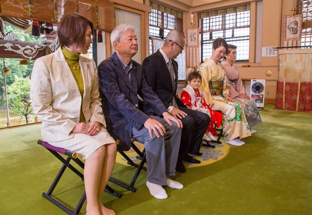 東京・諏訪神社で七五三のご祈祷をうける家族の写真