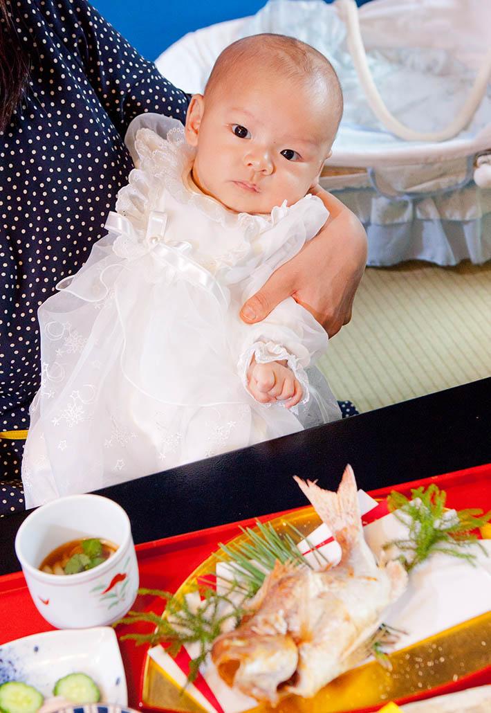 お食い初めの料理と赤ちゃんの写真