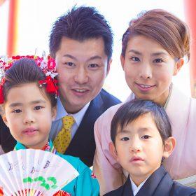 七五三詣での家族の集合写真