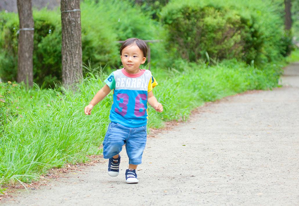 横浜市都筑区の緑道を走る男の子の写真