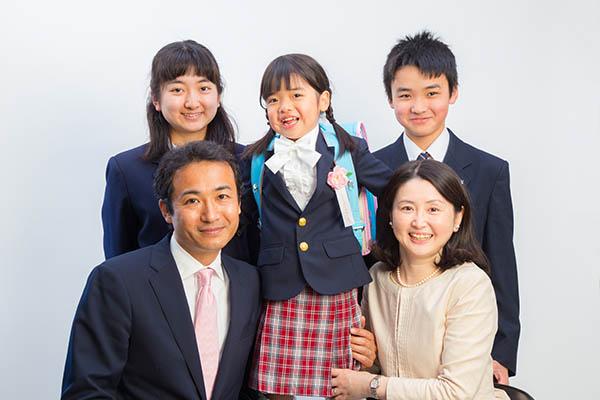 入学記念日の家族写真