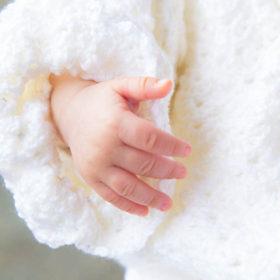 お宮参りの赤ちゃんの手