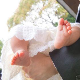 お宮参りの赤ちゃんの足