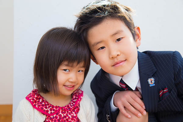 新入学の男の子と妹の写真