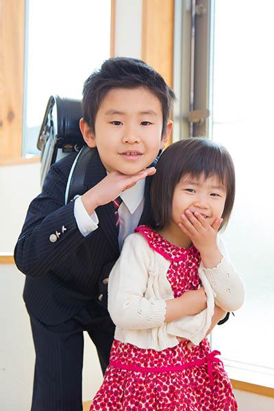 小学校新入学の男の子と妹の写真