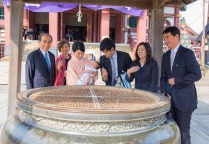 池上本門寺で常香炉をするお宮参り記念日の家族