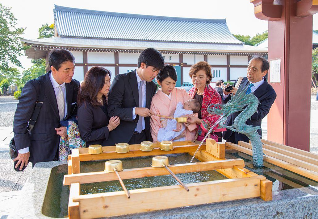 東京都大田区の池上本門寺でお手水をする家族の写真