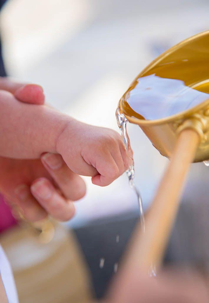 お手水してもらう赤ちゃんの手