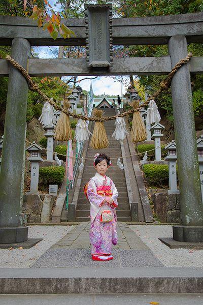 師岡熊野神社の鳥居の前で撮影した七五三記念写真