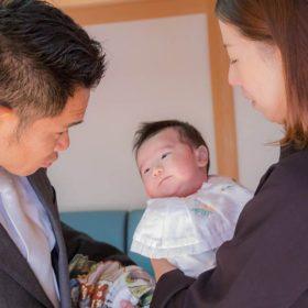 横浜市青葉区の前川神社に出張撮影したお宮参りの赤ちゃんと両親の写真